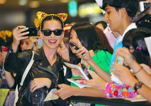 katy-perry-and-fans-selfie