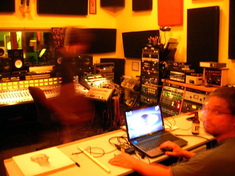 800px-Larry__Leon_at_Jackpot_Recording_Studio_Portland_Oregon.jpg