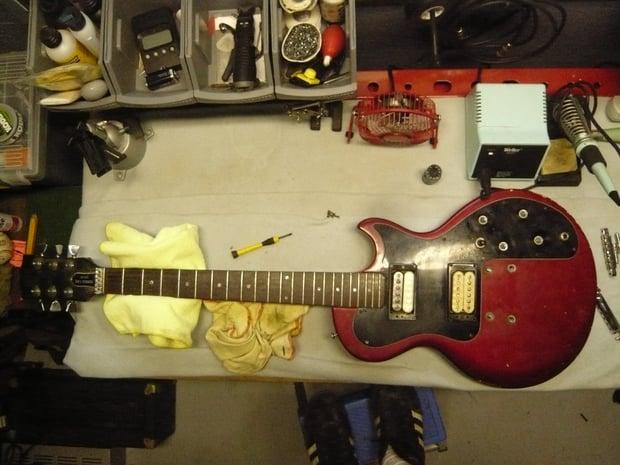 Gibson_Sonex_180_Deluxe_under_repairing.jpg