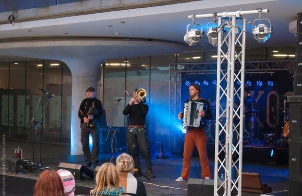 Live_music_show_on_Vabadusse_Valjak_8053630945.jpg