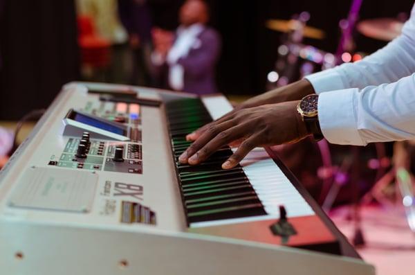 Musician_playing_a_keyboard.jpg