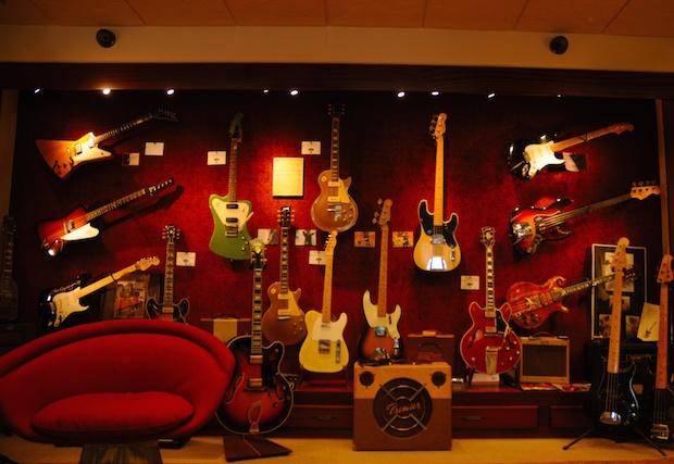 Vintage_Guitars_1_-_Rumble_Seat_Music_Carmel_CA_2014-04-04_by_Christian_Mesiano.jpg